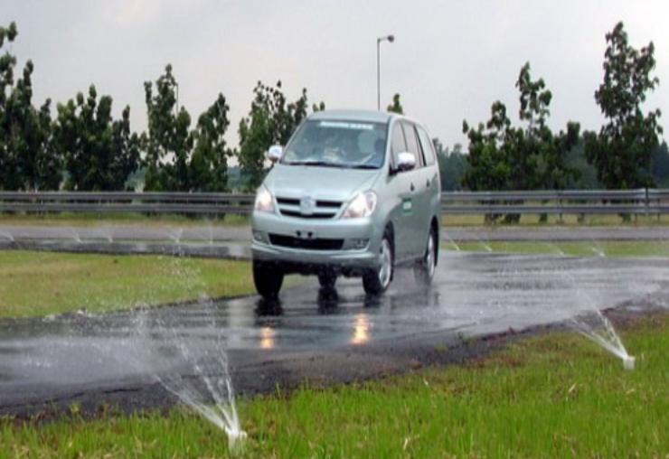 Riskan, Menikung dengan Kecepatan Tinggi pada Mobil Berbodi Tinggi